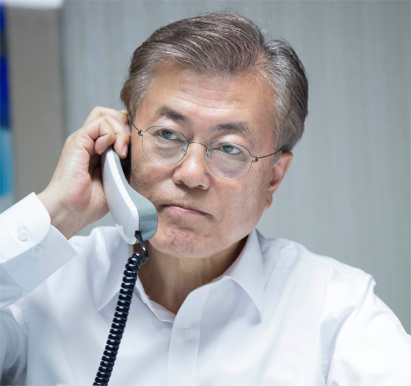 President Moon Jae-in talks with his U.S. counterpart Donald Trump on Wednesday night in his private residence in Hongeun-dong, western Seoul. The telephone conversation lasted half an hour. YONHAP
