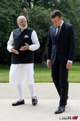 French President Emmanuel Macron, right, speaks with Indian Prime Minister Narendra Modi, in the gardens of the Elysee Palace in Paris, France, Saturday, June 3, 2017. (Photo : AP/NEWSis)