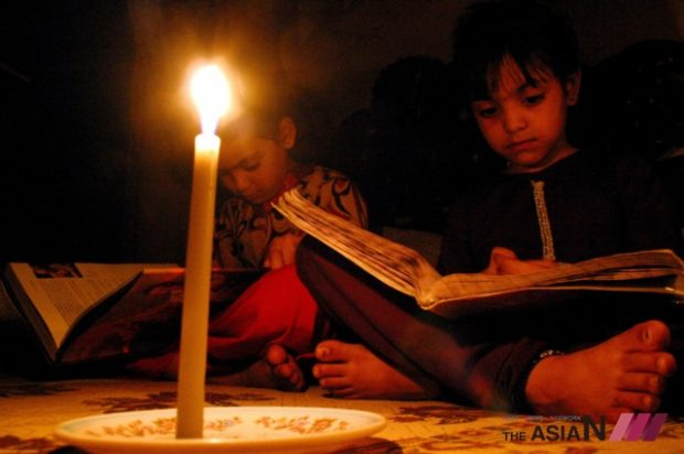 Pakistani students study on candle light during a power cut in northwest Pakistan's Peshawar, on April 3, 2012. Pakistan is facing a power shortfall of over 5,500MW per day, where some rural and urban areas have to endure blackout for 10 to 20 hours each day.  (Photo : Xinhua/NEWSis)