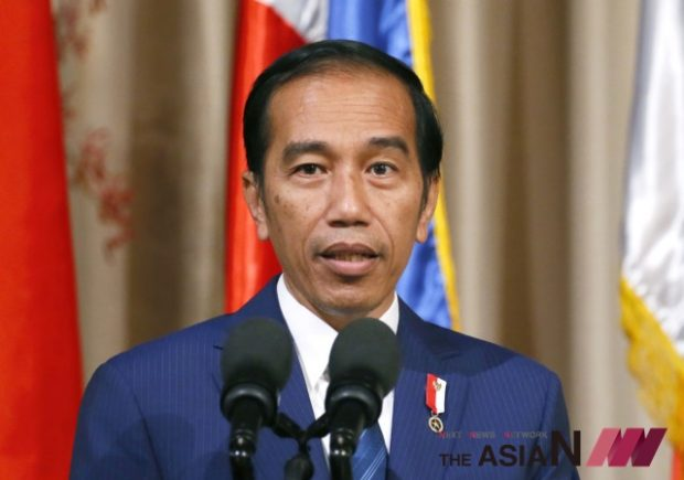 """FILE - In this Friday, April 28, 2017, file photo, Indonesia's President Joko """"Jokowi"""" Widodo addresses the media during a visit to the Malacanang Palace in Manila, Philippines. President Jokowi says police should shoot drug traffickers who resist arrest because of a narcotics crisis facing the country. Jokowi's spokesman, Johan Budi, said Sunday, July 23, 2017, that the president made the comments at a recent meeting of an Indonesian political party.(Photo : AP /NEWSis)"""