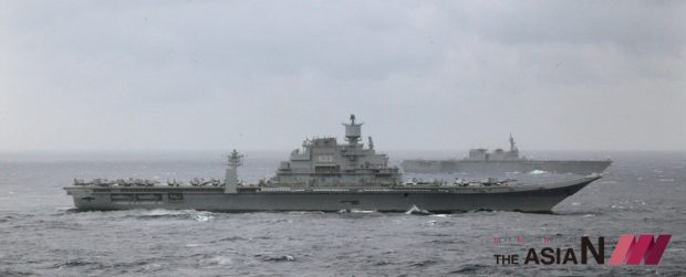 ndian naval ship INS Vikramaditya, foreground and Japan's helicopter carrier Izumo, behind participate in the Malabar 2017 tri-lateral exercises between India, Japan and US in the Bay of Bengal, Monday, July 17, 2017. (Photo : AP/NEWSis)