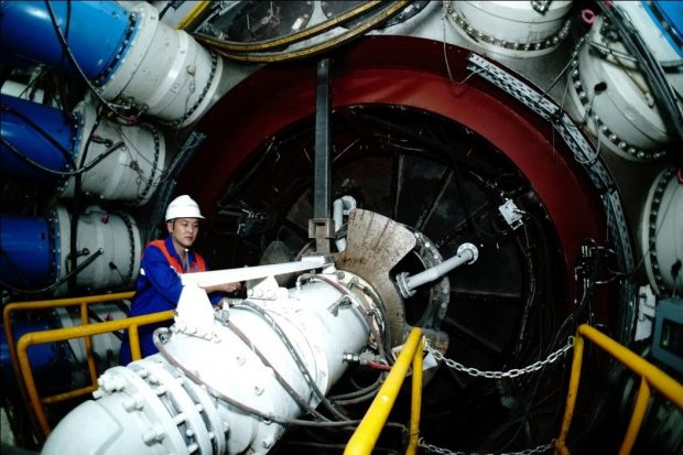 A worker checks the main bearing of the shield tunneling machine in a tunnel of the Beijing-Shenyang high-speed rail, Aug. 30, 2017. (Photo from People's Daily Online)