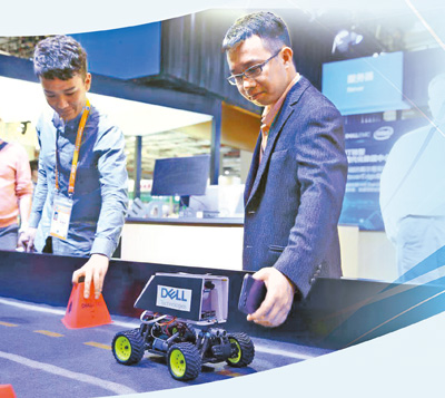 An employee of Dell demonstrates artificial intelligence autopilot technology. Photo by Bai Zhiyu from People's Daily