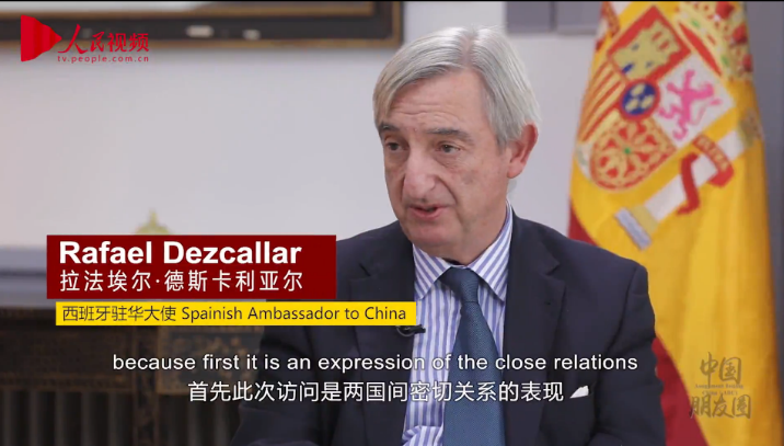 A screenshot of Spanish Ambassador to China Rafael Dezcallar, who is giving an interview to People's Daily.