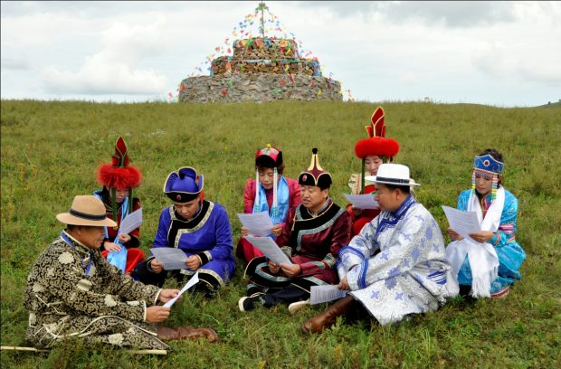 A discipline inspection official (Left 5) from Wadi village in Inner Mongolia Autonomous Region's Zhalantun city, is studying the newly revised Regulation of the Communist Party of China on Disciplinary Actions with local Mongolians, August 30, 2018. (Photo by Han Leng, People's Daily Online)