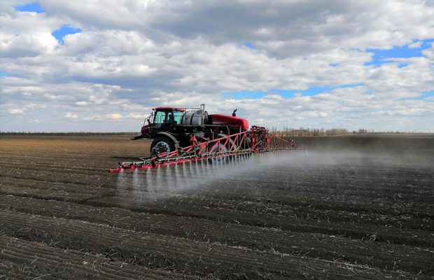 A self-propelled sprayer is weeding a piece of soybean farmland in northeast Heilongjiang province, May 7, 2019. (Photo: People's Daily Online)