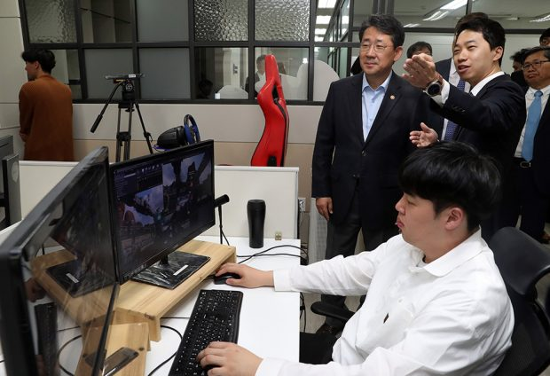 On May 9, the Minister of the Ministry of Culture meet staffs of an online game company in Pan-Gyo Techno Valley, Korea.