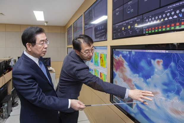 Seoul Mayor Park Won-soon points at the movement of fine dust on the scene.