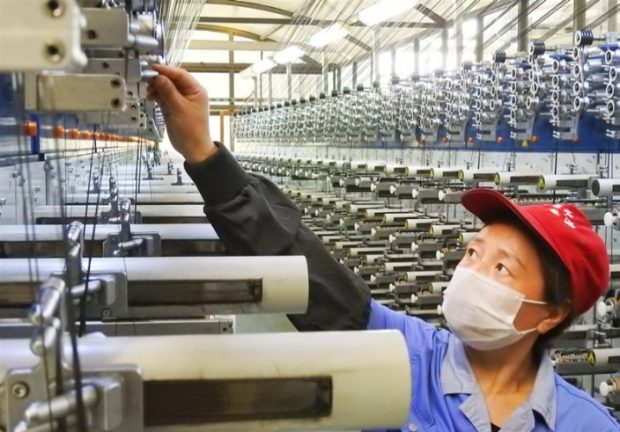 On June 27, 2019, in the Economic and Technological Development Zone of Lianyungang, Jiangsu Province, workers saw the operation on the carbon fiber production line. (Photo by Geng Yuhe from People's Daily Online)