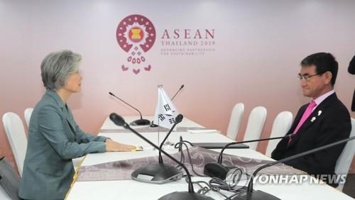 This file photo, taken Aug. 1, 2019, shows Foreign Minister Kang Kyung-wha (L) and her Japanese counterpart, Taro Kono, holding talks on the sidelines of a regional forum in Bangkok (Yonhap)