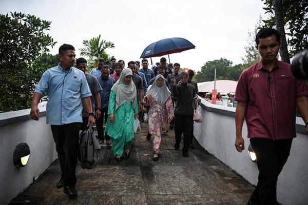 Dr Wan Azizah Wan Ismail  during the visit  (Bernama)