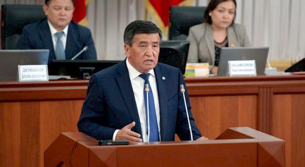 President Jeenbekov addressing the parliament (Khabar)