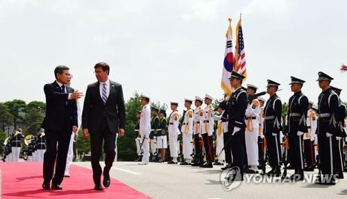 South Korean Defense Minister Jeong Kyeong-doo (L) speaks to U.S. Secretary of Defense Mark Esper in Seoul on Aug. 9, 2019 (Yonhap)