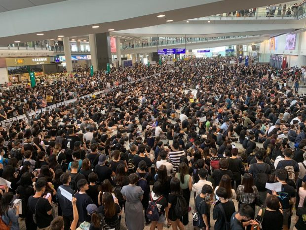 Flight check-in suspended as Hong Kong airport swamped  (Twitter)