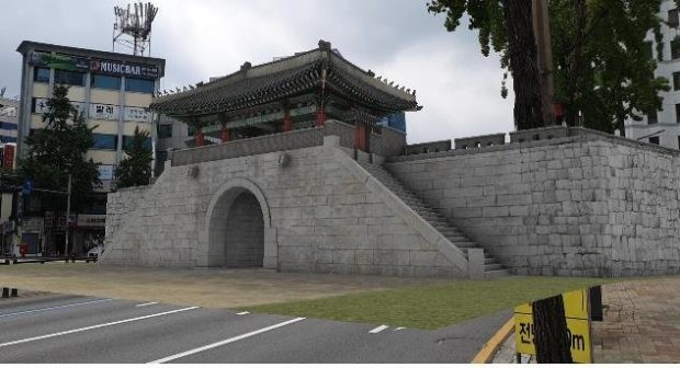This photo, provided by the Seoul Museum of History, on Aug. 20, 2019, shows the restored image of Donuimun, one of the four main old gates in Seoul, with augmented reality (AR) technology. (Yonhap)