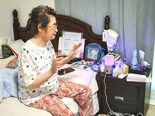 Kim In-hwan, a 83-year-old living alone in an apartment in Seoul, talks about her experience of using SK Telecom Co.'s artificial intelligence speaker, NUGU (Yonhap)