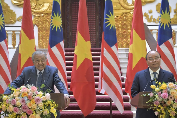 Dr Mahathir Mohamad and Nguyen Xuan Phuc during the media conference (BERNAMA)