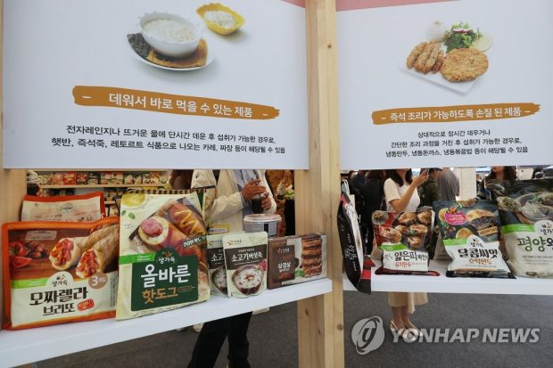 A variety of home meal replacement products displayed at an event held at Gwanghwamun in central Seoul to promote those convenient ready-made foods. (Yonhap)