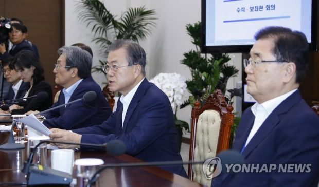 President Moon Jae-in (2nd from R) speaks at a meeting with his senior Cheong Wa Dae aides. (Yonhap)