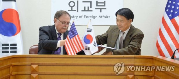 Chang Won-sam (R), South Korea's delegate to defense cost talks with the United States, exchanges a letter of accord with his counterpart Timothy Betts in a signing ceremony in Seoul on Feb. 10, 2019 (Yonhap)