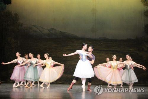 """This photo provided by the Mapo Cultural Foundation shows Kim Seh-yun (C) performing """"Giselle"""" (Yonhap)"""
