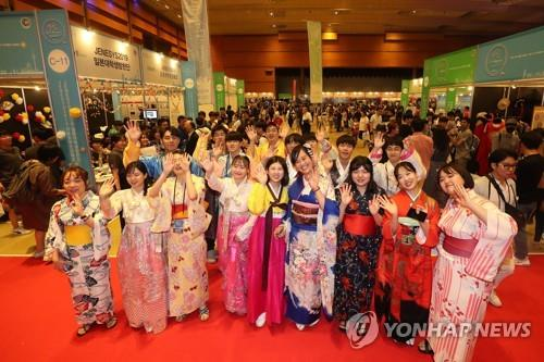 South Korean and Japanese citizens pose for a picture during the Korea-Japan Culture Festival 2019 in Seoul on Sept. 1, 2019. (Yonhap)