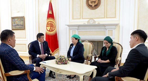 President Jeenbekov with Colonel Niyazbeko's family (Kabar)