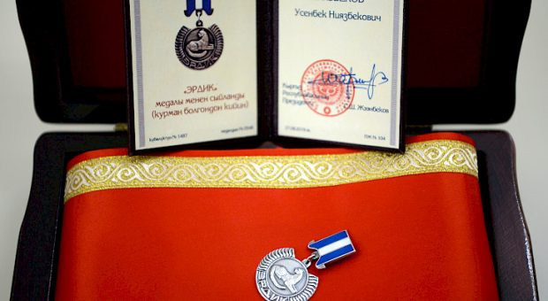 The posthumous medal presented to Colonel Niyazbeko- (Kabar)