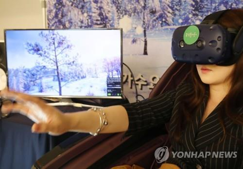 A visitor testing a virtual reality program during the Seoul International Imagination Industry Conference & Forum (Yonhap)