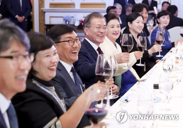 President Moon Jae-in and First Lady Kim Jung-sook toast in a Bangkok meeting with ethnic Koreans residing in Thailand (Yonhap)