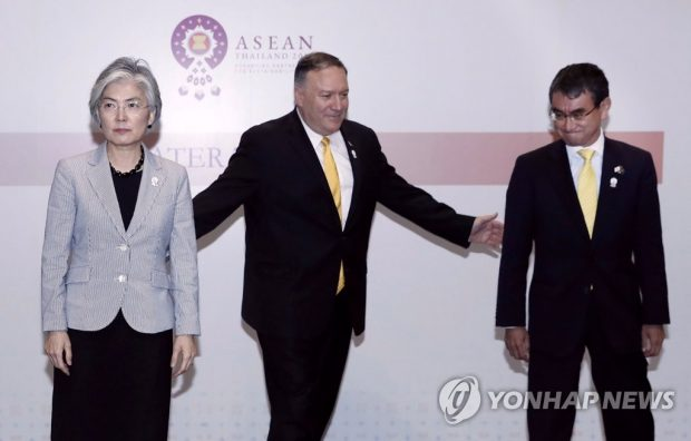 South Korean Foreign Minister Kang Kyung-wha, U.S. Secretary of State Mike Pompeo and then Japanese Foreign Minister Taro Kono in Bangkok on Aug. 2, 2019. (Yonhap)