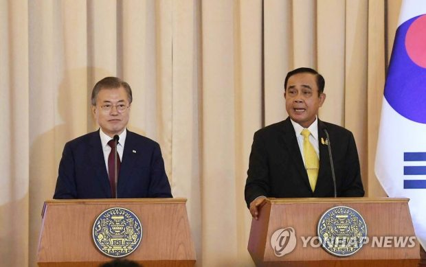 President Moon Jae-in (L) and Prime Minister Prayut Chan-o-cha announce the results of their Bangkok summit on Sept. 2, 2019. (Yonhap)