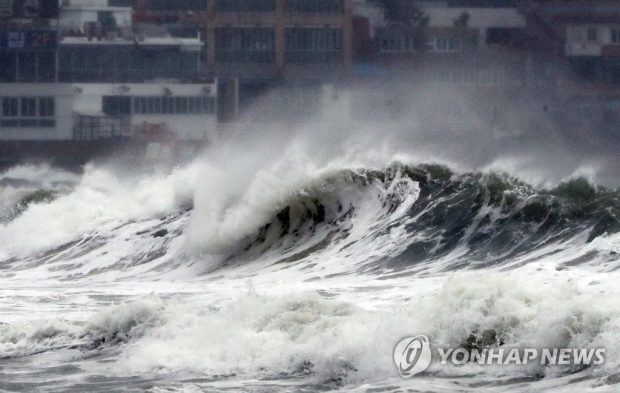 Wild waves and strong winds pummel Haeundae Beach in South Korea's southeastern port city of Busan on Sept. 22, 2019, as Typhoon Tapah approaches South Korea. (Yonhap)