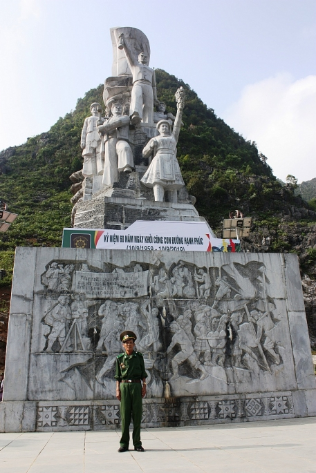 A war veteran poses at the monument of young volunteers of the Happiness Road project (Photo by Tamnhin)