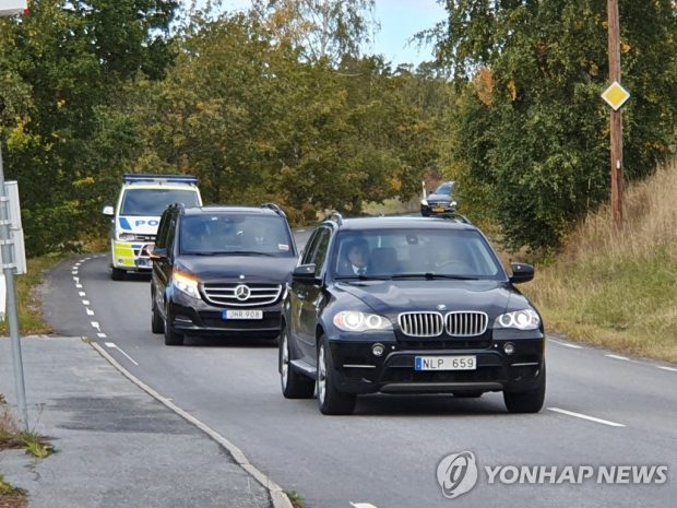Vehicles carrying North Korean delegates head toward a facility for working-level negotiations with their U.S. counterparts on the outskirts of Stockholm on Oct. 5, 2019. (Yonhap)
