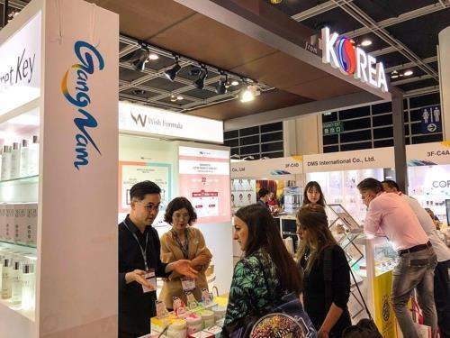 This file photo shows a South Korean cosmetics fair in Hong Kong in November 2018. (Yonhap)
