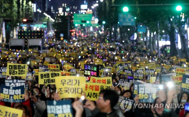 Supporters of President Moon Jae-in's prosecution reform plan stage a candlelight vigil in southern Seoul on Oct. 19, 2019. (Yonhap)