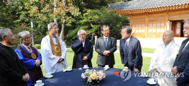 President Moon Jae-in talks with religious leaders at Cheong Wa Dae on Oct. 21, 2019. (Yonhap)