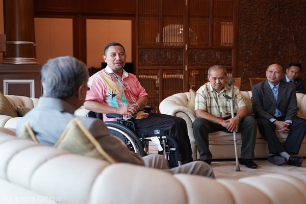 Mahathir talking with the terrorist attack victims (Twitter)