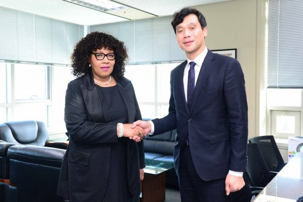 Zenani Mandela-Dlamini, new South African ambassador to South Korea, poses for photos with Hong Jin-wook, director-general for Africa and Middle East affairs, at the foreign ministry in Seoul on Oct. 17, 2019. (Yonhap)