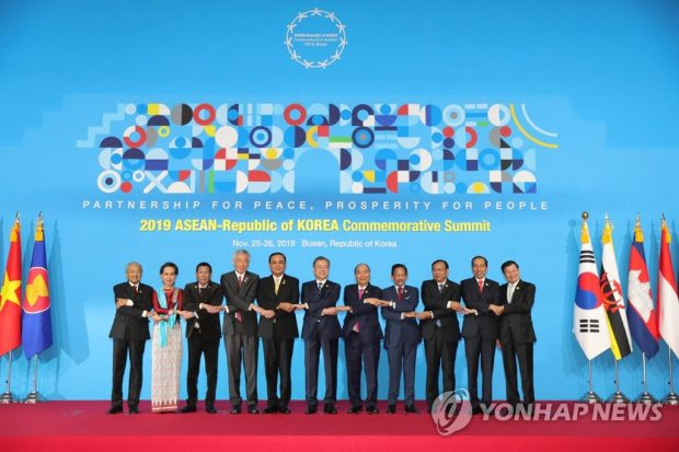 South Korea's President Moon Jae-in (C) and the leaders of 10 Southeast Asian nations pose for commemorative photos before the opening of their summit at the BEXCO convention center in Busan, 450 kilometers southeast of Seoul, on Nov. 26, 2019. (Yonhap)