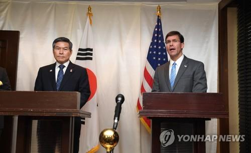 U.S. Secretary of Defense Mark Esper announces the allies' decision to postpone this year's wintertime combined air exercises during a press briefing with South Korean Defense Minister Jeong Kyeong-doo in Bangkok on Nov. 17, 2019. (Yonhap)