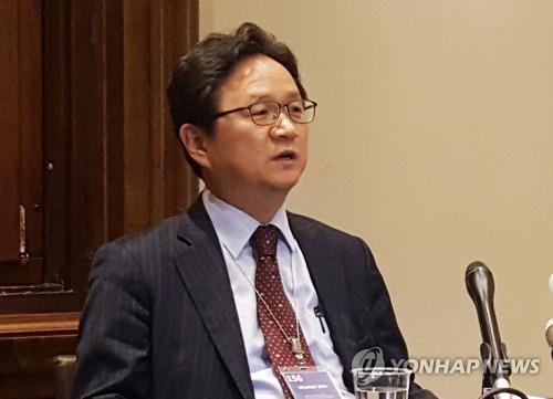 Chung Hae-kwan, South Korea's chief negotiator in trade talks with Japan, speaks to reporters at the World Trade Organization headquarters in Geneva, Switzerland, on Nov. 19, 2019. (Yonhap)