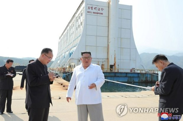 North Korean leader Kim Jong-un (C) inspects the Mount Kumgang resort on the east coast in this photo provided by the Korean Central News Agency (KCNA) on Oct. 23, 2019. (Yonhap)