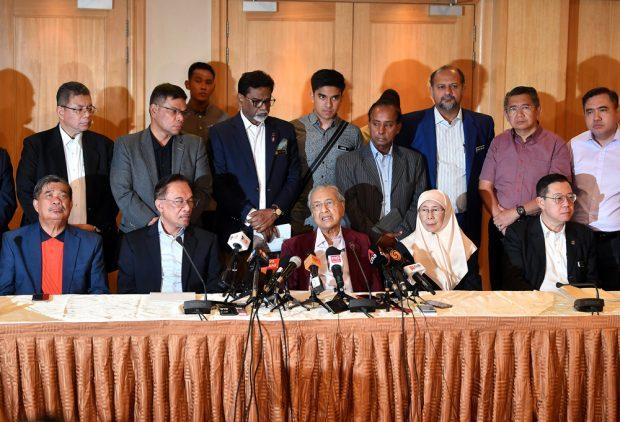 PUTRAJAYA, 5 Nov -- Perdana Menteri yang juga Pengerusi Pakatan Harapan (PH), Tun Dr Mahathir Mohamad semasa sidang media selepas mempengerusikan Mesyuarat Majlis Presiden PH di Yayasan Kepimpinan Perdana, Putrajaya malam ini. Turut hadir Presiden Parti Keadilan Rakyat Datuk Seri Anwar Ibrahim, Presiden PH Datuk Seri Dr Wan Azizah Wan Ismail, Presiden Amanah Mohamad Sabu (duduk, kiri) dan Setiausaha Agung DAP, Lim Guan Eng (kanan). --fotoBERNAMA (2019) HAK CIPTA TERPELIHARA