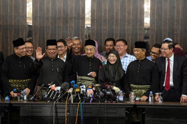 PETALING JAYA, 10 Mei -- Perdana Menteri Tun Dr Mahathir Mohamad (empat, kanan) melambaikan tangan selepas mengadakan sidang media khas malam ini. Turut hadir (dari kanan) Setiausaha Agung DAP Lim Guan Eng, Presiden Parti Pribumi Bersatu Malaysia (PPBM) Tan Sri Muhyiddin Yassin, Presiden PKR Datin Seri Dr Wan Azizah Wan Ismail dan Presiden Parti Amanah Negara Mohamad Sabu. --fotoBERNAMA (2018) HAK CIPTA TERPELIHARA