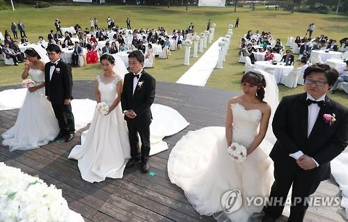 A joint wedding ceremony of multicultural couples takes place in Seoul on Oct. 14, 2016. (Yonhap)