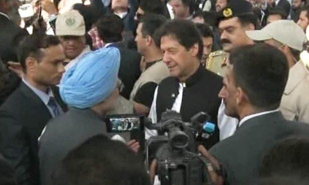 Prime Minister Imran Khan receiving former Indian premier Manmohan Singh at Kartarpur