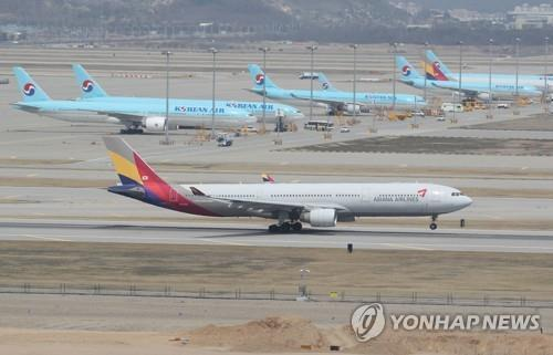 This undated file photo shows passenger jets parked on the tarmac at Incheon International Airport, west of Seoul. (Yonhap)