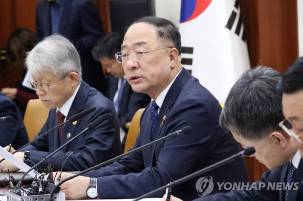Finance Minister Hong Nam-ki (2nd from L) speaks in a meeting with government officials (Yonhap)
